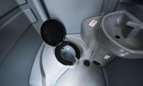Chemisch toilet of een plaszuil huren chemisch toilet hjverhuur