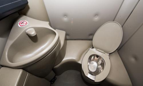 Dixie Toilet Huren : Specificatie chemisch vip toilet met spoelmogelijkheid